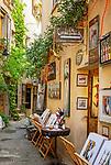 Frankreich, Provence-Alpes-Côte d'Azur, Mougins: Altstadtgasse mit der Galerie des Kuenstlers Patrick Cornee | France, Provence-Alpes-Côte d'Azur, Mougins: old town lane with Patrick Cornee's gallery