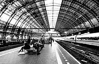 Nederland  Amsterdam 2021.  Het is rustig op Centraal Station. Mensen wachten op de trein.   Foto Berlinda van Dam / HH / ANP.