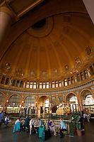 Cafe Fantova Cavarna in der Halle des Hauptbahnhof (Wilsonbahnhof), Prag, Tschechien, Unesco-Weltkulturerbe.