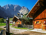 Oesterreich, Tirol, Grosser Ahornboden, alte Bauernhaeuser in der Eng, Herbststimmung, Laliderer Waende des Karwendelgebirges | Austria, Tyrol, Grosser Ahornboden, old farmhouses at Eng-Alpe, autumn mood, Laliderer Walls of Karwendel mountains