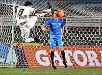 CALI - COLOMBIA – 13 -02-2017: German Caffa (Der.) portero de Cortulua, disputa el balón con Uvaldo Luna (Izq.) jugador de Patriotas FC, durante partido entre Cortulua y Patriotas FC, por la fecha 3 de la Liga Aguila I 2017 jugado en el estadio Pascual Guerrero de la ciudad de Cali. / German Caffa (R) of goalkeeper of Cortulua vies for the ball with Uvaldo Luna (L), player of Patriotas FC, during a match Cortulua and Patriotas FC, for the date 3 of the Liga Aguila I 2017 played at the Pascual Guerrero stadium in Cali city. Photo: VizzorImage / Luis Ramirez / Staff.