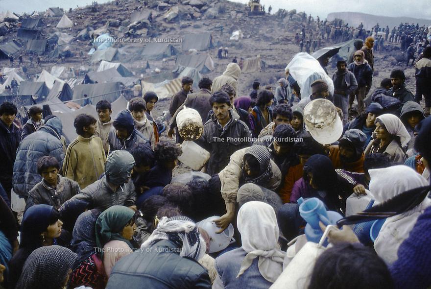 Irak 1991  Les Kurdes campant à la frontiere Irak- Turquie et la distribution d'eau potable   Iraq 1991 Kurdish refugees on the border Iraq-Turkey looking for drinking water