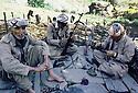 Irak 1985.Dans les zones libérées, région de Lolan, peshmergas nettoyant leurs armes.Iraq 1985.In liberated areas, Lolan district, peshmergas cleaning their weapons