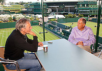 22-06-10, Tennis, England, Wimbledon, Telegraaf verslaggever Willem Held in gesprek met Nick Bollettieri