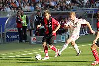 Albert Streit (Eintracht Frankfurt) zieht an Lukas Sinkiewicz (Bayer Leverkusen) vorbei