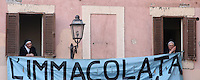 Suore attendono l'arrivo di Papa Benedetto XVI al Palazzo Pontificio, residenza estiva dei Papi, dal quale rivolgera' il suo ultimo saluto ai fedeli prima del ritiro dal Pontificato, a Castel Gandolfo, 28 febbraio 2013. .Nuns wait for Pope Benedict XVI to greet the crowd from the window of the Papal summer residence where he will spend his first post-Vatican days and make his last public blessing as pope, in Castel Gandolfo, near Rome, 28 February 2013..UPDATE IMAGES PRESS/Isabella Bonotto