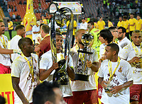 MEDELLÍN - COLOMBIA, 09-06-2018: Los jugadores de Deportes Tolima celebran con el trofeo como campeones, al término de partido de vuelta de la final entre Atlético Nacional y Deportes Tolima, por la Liga Águila I 2018, jugado en el estadio Atanasio Girardot de la ciudad de Medellín. / The players of Deportes Tolima celebrate with the trophy as champions, at the end of a match of the final of the second leg between Atletico Nacional and Deportes Tolima for the Aguila League I 2018, played at Atanasio Girardot stadium in Medellin city. Photo: VizzorImage / León Monsalve / Cont.