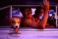 2000.03.13 Hund og smilende mann i gammel amerikansk bil i sentrum av Havana, Cuba. © Fredrik Naumann / Samfoto   <1000055354 : DIAS : CUBA : FOLK OG LEVEVIS : 3.........>  26,9 MB TIF 17.04.00 15:33