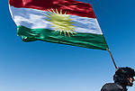 30/09/14  Iraq -- Daquq, Iraq -- A peshmerga holds the kurdish flag while walking to the front line in Daquq.