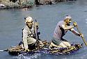 Irak 1985   Dans les zones libérées, région de Lolan, peshmergas traversant une riviere sur un radeau Iraq 1985 In liberated areas, Lolan district, peshmergas on a raft crossing a river