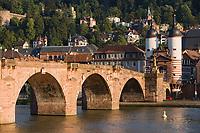 Europe/Allemagne/Bade-Würrtemberg/Heidelberg: La ville, le chateau depuis la rive droite du Neckar et le vieux pont Karl-Théodore Brücke et la porte du pont