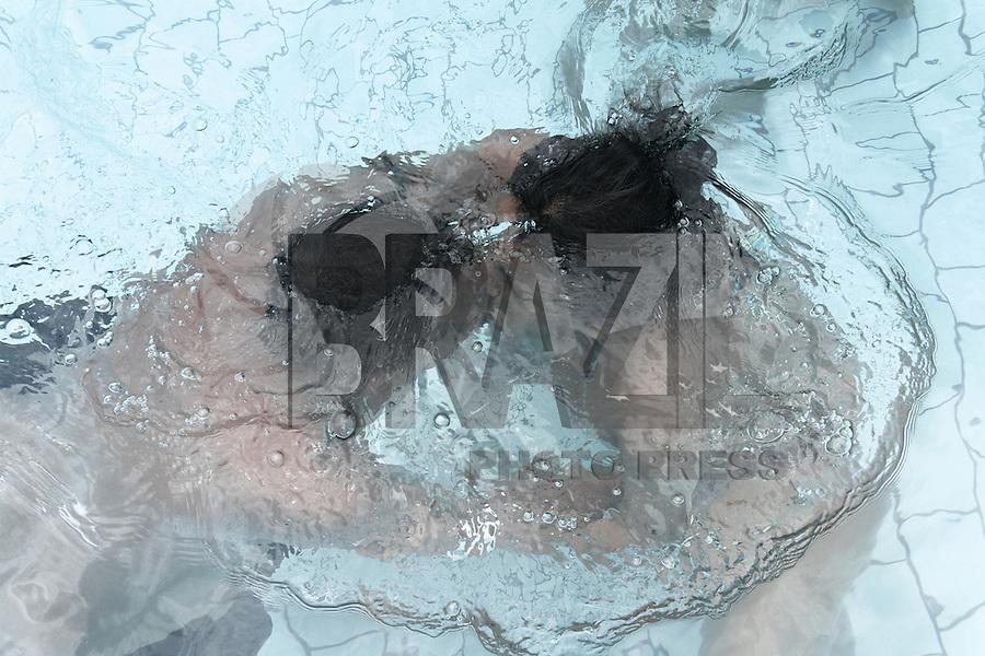 ITUPEVA, SP, 19 JANEIRO 2013 - CONCURSO BEIJO MOLHADO MENTOS 5ª EDIÇÃO -  Casais durante a edicao 2013 do concurso Beijo Molhado, no parque aquatico Wetn Wild, na cidade de Itupeva interior de Sao Paulo, neste sabado, 19. -   FOTO: LOLA OLIVEIRA - BRAZIL PHOTO PRESS
