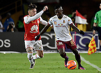 BOGOTA - COLOMBIA - 18-12-2016: Jonathan Plata (L) player of Independiente Santa Fe struggles for the ball with Deinner Quiñones (R) player of Deportes Tolima, during a match for the second leg between Independiente Santa Fe and Deportes Tolima, for the final of the Liga Aguila II -2016 at the Nemesio Camacho El Campin Stadium in Bogota city, Photo: VizzorImage / Luis Ramirez / Staff.