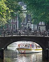 Nederland - Amsterdam - 2018. Rondvaartboot bij een brug in Amsterdam.     Foto Berlinda van Dam / Hollandse Hoogte.