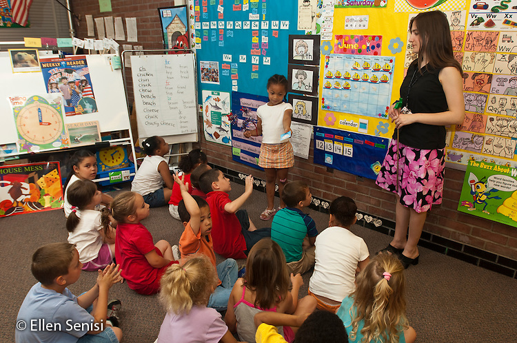 MR / Schenectady, NY. Zoller Elementary School (urban public school). Kindergarten classroom. Teacher and class talk about weather and use calendar to determine the date during morning meeting. MR: Bur9. ID: AF-gKb. © Ellen B. Senisi