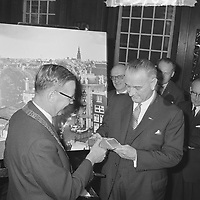 Reception for US Vice President Lyndon B. Johnson at Amsterdam City Hall, November 6, 1963. Left is Mayor  Hall, Gijs van.<br /> <br /> Photographer Koch, Eric / Anefo