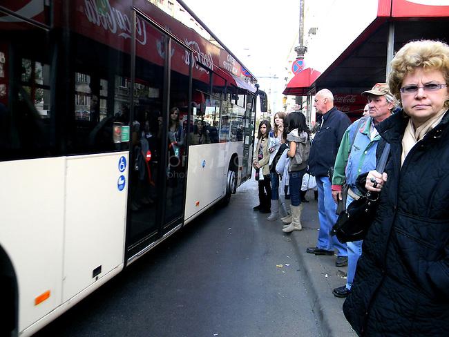 ROUMANIE, Bucarest, Piata Romana, 8.11.2011.  Gens du transport publique. Le bus arrete. © Ioana Constantina/ Florian Iancu