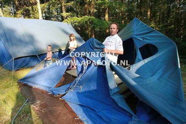 bennekom020706 Rinie Snijders met zijnkinderen bij een van de totaal vernielde tenten.<br />foto frans ypma APA-foto