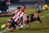 BARRANQUIILLA -COLOMBIA-14-SEPTIEMBRE -2014. Jhonny Vasquez  (Izq) del Atletico junior  disputa el balon con Alan Navarro de Uniautonoma , partido de la Liga  Postobon Novena  fecha disputado en el estadio Metroplitano.  / Jhonny Vasquez (L) of Atletico Junior dispute the ball with Alan Navarro of Uniautonoma, party date Ninth Postobon League match at the Metropolitano stadium. Photo: VizzorImage / Alfonso Cervantes / Stringer
