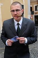 Roma, 17 febbraio 2011 Manifestazione  Robin Hood tax 005. Tiro alla fune in piazza Montecitorio tra speculatori e società civile. Global day of action for financial transaction tax.Lo speculatore....