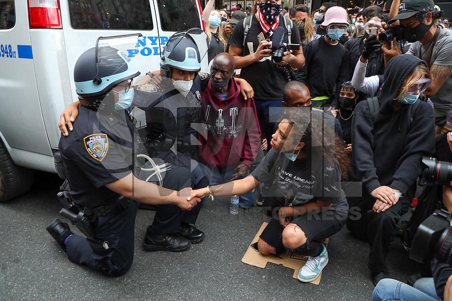 Nova York (EUA), 02/06/2020 - Protesto / Estados Unidos - Uma menina depois de negociar por longos minutos convenceu dois policiais da NYPD de se ajoelharem junto com os outros manifestantes em apoio a luta contra o racismo e a memória de George Floyd e após se abraçarem, ela ficou bastante revoltada com os outros policiais que se negaram a fazer o mesmo, e deu um soco no vidro da viatura que estourou, e foi imobilizada e detida no bairro Soho na Ilha de Manhattan na cidade de Nova York nos Estados Unidos na noite desta terça-feira, 02. (Foto: William Volcov/Brazil Photo Press)
