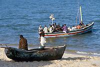 - boat of fishermen and pirogue on the beach of Beira....- barca di pescatori e piroga sulla spiaggia di Beira