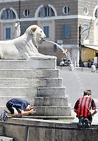 Due bambini si rinfresca ad una fontana per ripararsi dal caldo, in piazza del Popolo, Roma, 17 luglio 2010..Two children cool off at a fountain in a hot summer day in Rome's Piazza del Popolo square, 17 july 2010..UPDATE IMAGES PRESS/Riccardo De Luca