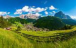 Italien, Suedtirol (Trentino - Alto Adige), Dolomiten, Groednertal: Wolkenstein in Groeden vor (v.l.n.r.) Cirspitzen, Sellagruppe, Langkofel und Plattkofel | Italy, South Tyrol (Trentino - Alto Adige), Dolomites, Val Gardena: Selva di Val Gardena with (left to right) Pizes de Cir, Gruppo del Sella mountains, Sassolungo and Sasso Piatto mountains