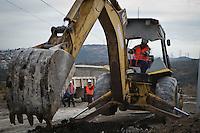 """Corregidora, Querétaro. 4 de enero de 2016.- Mauricio Kuri González, presidente municipal de Corregidora, junto con Enrique Abedrop Rodríguez, vocal ejecutivo de la Comisión Estatal de Aguas (CEA), encabezaron la instalación de la tercera etapa de la red de agua potable """"La Negreta"""". En la colonia Lomas la Cruz, dieron inicio las obras pluviales con una inversión de 109 millones de pesos, que es casi el total de lo recaudado en predial en un año. Este proyecto, de acuerdo a la fuente oficial, beneficiará de manera directa a más de 27 mil ciudadanos. <br /> <br /> Simultáneamente vecinos de la colonia argumentaron que la gestión había sido hecha por el movimiento Antorcha Campesina y que al menos merecían haber sido invitados al arranque de la obra. Al inicio del evento la maquinaria para dar inicio a la obra se atoró con los cables de electricidad rompiendo algunos y causando malestar por los vecinos ahí reunidos. <br /> <br /> <br /> Foto: Demian Chávez / Obture"""