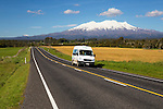 New Zealand, North Island, Ruapehu District, Tongariro National Park, near Ohakune: Motorhome below Mount Ruapehu and Mount Ngauruhoe | Neuseeland, Nordinsel, Ruapehu District, bei Ohakune: Wohnmobil vorm Mount Ruapehu und Mount Ngauruhoe im Tongariro National Park