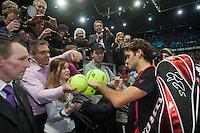 15-02-12, Netherlands,Tennis, Rotterdam, ABNAMRO WTT, Roger Federer word overvallen door handtekeningjagers