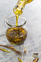 Pappelknospen-Öl, Pappelknospenöl, Auszug aus Knospen in Olivenöl, Pappelknospen, Pappelknospen, Harz, harzige Knospen, Knospenharz, Knospenbalsam, Propolis. Balsam-Pappel, Balsampappel, Pappel, Knospe, Knospen, Populus spec., balsam poplar, bud, buds