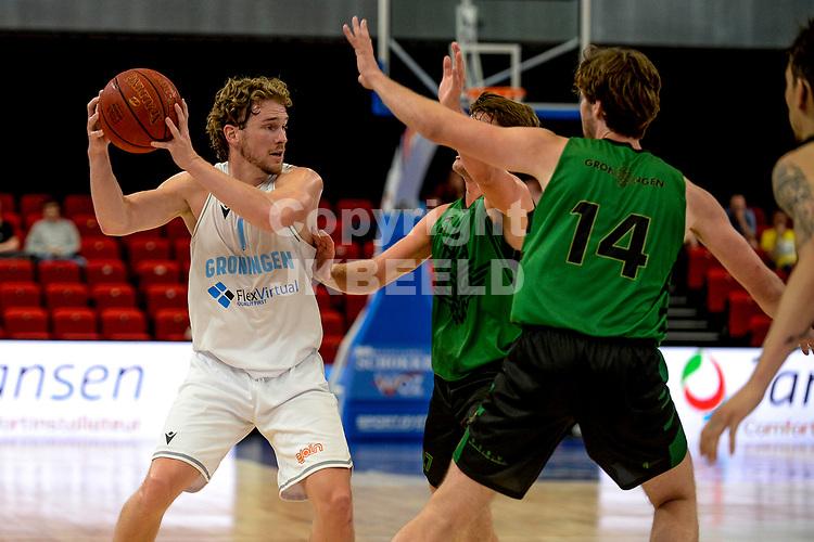 GRONINGEN - Basketbal, Donar - Groen Uilen, voorbereiding seizoen 2021-2022, 21-08-2021,  Donar speler Austin Luke  met Mark van der Roest