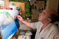 Italien, Ischia, Maler Roberto Zaccardelli auf Corso Vittoria Colonna in Porto