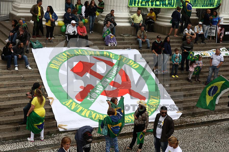 CURITIBA, PR, 13.03.2016 - PROTESTO-DILMA – Manifestantes contrario ao governo Dilma Rousseff durante ato pelo impeachment da presidente na praça Santos Andrade em Curitiba (PR), neste domingo, 13. (Foto: Paulo Lisboa/Brazil Photo Press)
