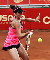 BOGOTA - COLOMBIA - 11-04-2016: Nadia Echevarria de Venezuela, devuelve la bola a Lara Aurrabarrena de España,  durante partido por el Claro Colsanitas WTA, que se realiza en el Club El Rancho de Bogota. / Nadia Echevarria from Venezuela, returns the ball to Lara Aurrabarrena from Spain, during a match for the WTA Claro Colsanitas, which takes place at Club El Rancho de Bogota. Photo: VizzorImage / Luis Ramirez / Staff.