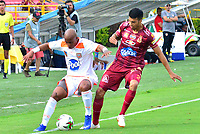 IBAGUE - COLOMBIA, 17-02-2019: Juan Guillermo Arboleda de Deportes Tolima disputa el balón con Carlos Teran de Envigado FC durante partido por la fecha 5 de la Liga Águila I 2019 jugado en el estadio Manuel Murillo Toro de la ciudad de Ibagué. / Juan Guillermo Arboleda of Deportes Tolima vies for the ball with Carlos Teran of Envigado FC during match for the date 5 of the Aguila League I 2019 played at Manuel Murillo Toro stadium in Ibague city. Photo: VizzorImage / Juan Carlos Escobar / Cont