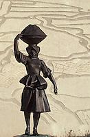 Europe/France/Pays de la Loire/44/Loire-Atlantique/Batz-sur-Mer: Statue d'une paludière devant le musée des marais salants