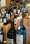 Italien, Piemont, Langhe, Alba: Schaufenster mit regionalen Weinen - Barolo | Italy, Piedmont, Langhe, Alba: display window with regional wines - Barolo