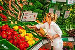 Deutschland, Bayern, Chiemgau, Traunstein: junge Fraum beim Gemuese Einkaufen im Bioladen | Germany, Bavaria, Chiemgau, Traunstein: younf woman shopping vegetables in a health-food shop