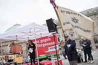 """Mehrere hundert Menschen kamen am Sonntag den 10. Mai 2015 zu einem """"Lesen gegen das Vergessen"""" auf den Berliner Bebel-Platz anlaesslich des Jahrestages der Buecherverbrennung durch Deutsche Studenten in Deutschland am 10. Mai 1933. Die Studenten verbrannten damals Buecher von Schriftstellern, die dem NS-Regime missliebig waren, darunter Carl Zuckmayer, Erich Kaestner, Heinrich Mann, Kurt Tucholsky und viele andere.<br /> Die Buecherverbrennungen waren der Hoehepunkt der """"Aktion wider den undeutschen Geist"""", mit der die systematische Verfolgung juedischer, marxistischer, pazifistischer und anderer oppositioneller oder politisch unliebsamer Schriftsteller begann.<br /> Im Bild: Ein Mitglied des franzoesischen Verein """"Soehne und Toechter von deportierten Juden aus Frankreich"""" waehrend der Rede der deutsch-franzoesischen Journalistin Beate Klarsfeld.<br /> 10.5.2015, Berlin<br /> Copyright: Christian-Ditsch.de<br /> [Inhaltsveraendernde Manipulation des Fotos nur nach ausdruecklicher Genehmigung des Fotografen. Vereinbarungen ueber Abtretung von Persoenlichkeitsrechten/Model Release der abgebildeten Person/Personen liegen nicht vor. NO MODEL RELEASE! Nur fuer Redaktionelle Zwecke. Don't publish without copyright Christian-Ditsch.de, Veroeffentlichung nur mit Fotografennennung, sowie gegen Honorar, MwSt. und Beleg. Konto: I N G - D i B a, IBAN DE58500105175400192269, BIC INGDDEFFXXX, Kontakt: post@christian-ditsch.de<br /> Bei der Bearbeitung der Dateiinformationen darf die Urheberkennzeichnung in den EXIF- und  IPTC-Daten nicht entfernt werden, diese sind in digitalen Medien nach §95c UrhG rechtlich geschuetzt. Der Urhebervermerk wird gemaess §13 UrhG verlangt.]"""