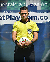PALMIRA - COLOMBIA, 14-10-2020: Never Manjarres, arbitro, durante partido entre Deportivo Cali y Boyacá Chicó F.C. por la fecha 14 de la Liga BetPlay DIMAYOR I 2020 jugado en el estadio Deportivo Cali de la ciudad de Palmira. / Never Manjarres, referee, during match between Deportivo Cali and Boyaca Chico F.C. for the date 14 as part of BetPlay DIMAYOR League I 2020 played at Deportivo Cali stadium in Palmira city.  Photo: VizzorImage / Nelson Rios / Cont