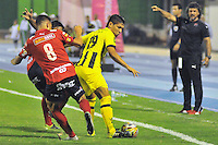 BARRANCABERMEJA -COLOMBIA, 29-11-2015:  Rafael Carrascal (Der) jugador de Alianza Petrolera disputa el balón con Jhon Hernandez (Izq) de Independiente Medellin durante partido de ida por los cuartos de final de la Liga Aguila II 2015 disputado en el estadio Daniel Villa Zapata de la ciudad de Barrancabermeja./ Rafael Carrascal (R) player of Alianza Petrolera fights for the ball with Jhon Hernandez (L) player of Independiente Medellin during first leg match for the quarterfinals  of the Aguila League II 2015 played at Daniel Villa Zapata stadium in Barrancabermeja city. Photo:VizzorImage / Jose David Martinez / Cont