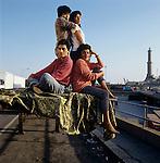1991 Genova famiglia peruviana, fotografata al porto.<br /> In occasione del  censimento è emersa una nuova Italia composta da varie etnie.<br /> Peruvian family  at the port of Genoa<br /> On  occasion of the census  has emerged a new Italy