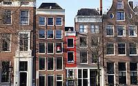 Nederland  Amsterdam - 31 december 2020.    Het Singel. Het rode huis is een van de smalste huizen van Amsterdam. Een tiny house avant la lettre.   Foto : ANP/ HH / Berlinda van Dam