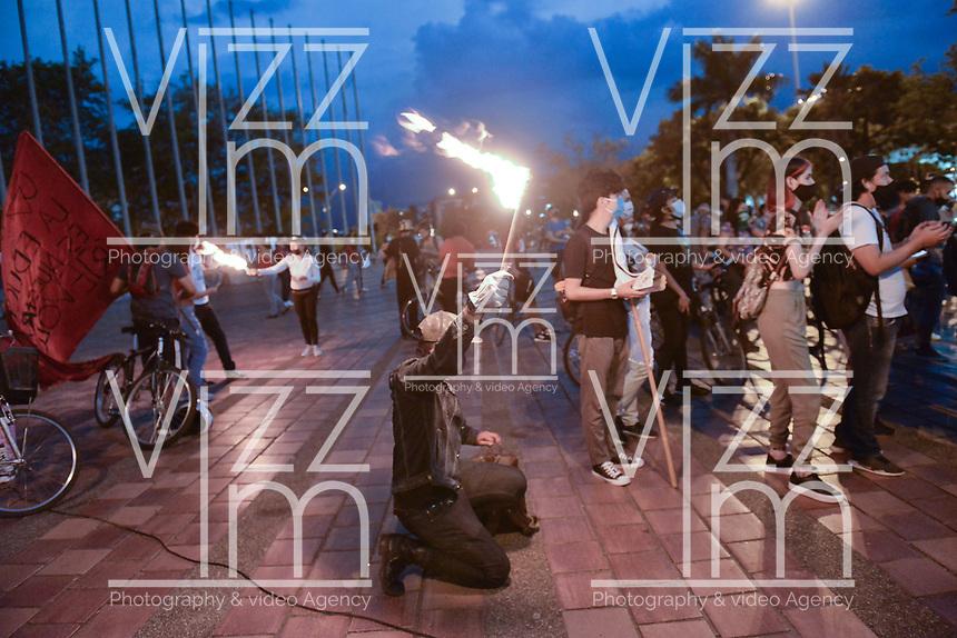 CALI - COLOMBIA, 21-08-2020: Un joven siostiene una antorcha en alto durante la Movilización por la Vida convocada en la ciudad de Cali como protesta por la recientes masacres de 5 jóvenes en Cali y 9 en Samaniego, Nariño con lo que, según cifras de UN ya se completan 33 masacres en Colombia durante el 2020. / Young man raisews a torch during the Mobilization for Life called in the city of Cali to protest the recent massacres of 5 young people in Cali and 9 in Samaniego, Nariño, with which, according to UN figures, 33 massacres are already completed in Colombia during 2020. Photo: VizzorImage / Gabriel Aponte / Staff