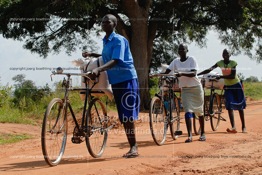 UGANDA Kitgum, refugees transport food bags from World food programme distribution / UGANDA Kitgum, Fluechtlinge transportieren Nahrungsmittel von einer Verteilung des WFP mit dem Fahrrad