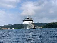 Costa Luminosa im Hafen Mahogany Bay auf Roatan mit Strandclub und Seilbahn - 01.02.2020: Roatan mit der Costa Luminosa
