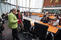 """In der ersten Sitzung des Petitionsausschuss in der Legislaturperiode 2014 wurde die Petition der sog. """"Hartz 4-Rebellin"""" Inge Hannemann behandelt (rechts im Bild). Hannemann, suspendierte Mitarbeiterin der Bundesagentur fuer Arbeit, fordert in einer Petition die ersatzlose Streichung von Sanktionen gegen Empfaenger von sog. """"Hartz 4"""".<br />Aufgrund ihrer Kritik an der Sanktions-Praxis der Jobcenter wurde sie von der Hamburger Bundesagentur fuer Arbeit von ihrer Arbeit suspendiert. Dagegen klagt Hannemann vor dem Arbeitsgericht.<br />Links: Die Ausschussvorsitzende Kersten Steinke, MdB Linkspartei.<br />17.3.2014, Berlin<br />Copyright: Christian-Ditsch.de<br />[Inhaltsveraendernde Manipulation des Fotos nur nach ausdruecklicher Genehmigung des Fotografen. Vereinbarungen ueber Abtretung von Persoenlichkeitsrechten/Model Release der abgebildeten Person/Personen liegen nicht vor. NO MODEL RELEASE! Don't publish without copyright Christian-Ditsch.de, Veroeffentlichung nur mit Fotografennennung, sowie gegen Honorar, MwSt. und Beleg. Konto:, I N G - D i B a, IBAN DE58500105175400192269, BIC INGDDEFFXXX, Kontakt: post@christian-ditsch.de]"""