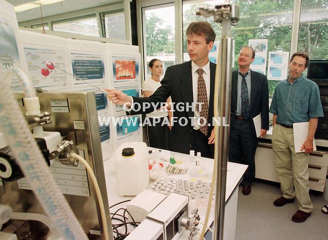 Wageningen,05-07-99  Foto:Koos Groenewold (APA)<br />De pers krijgt een korte rondleiding bij Numico research.